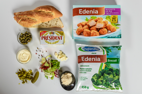 Sandwich catalan cu nuggets de pui, broccoli si sos Caesar