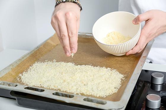 Supa crema de ciuperci cu cruton catalan, tapenada de masline si dantela de parmezan