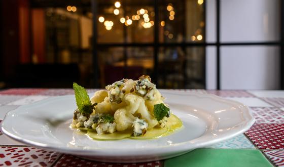 Salata de conopida crocanta cu mere si gorgonzola