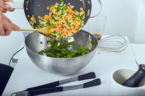 Salata Stir Fry cu rucola, valeriana si vinaigrette de portocala