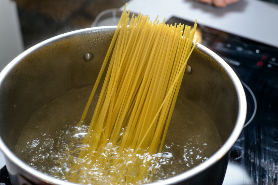 Spaghete cu file de pastrav si sos de rosii