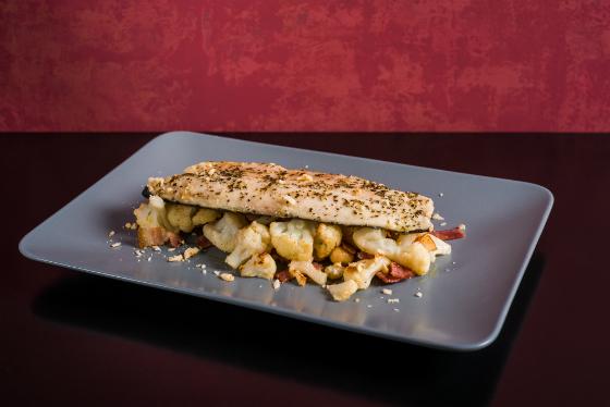 File de Pastrav cu ierburi provensale, conopida, bacon si alune de padure
