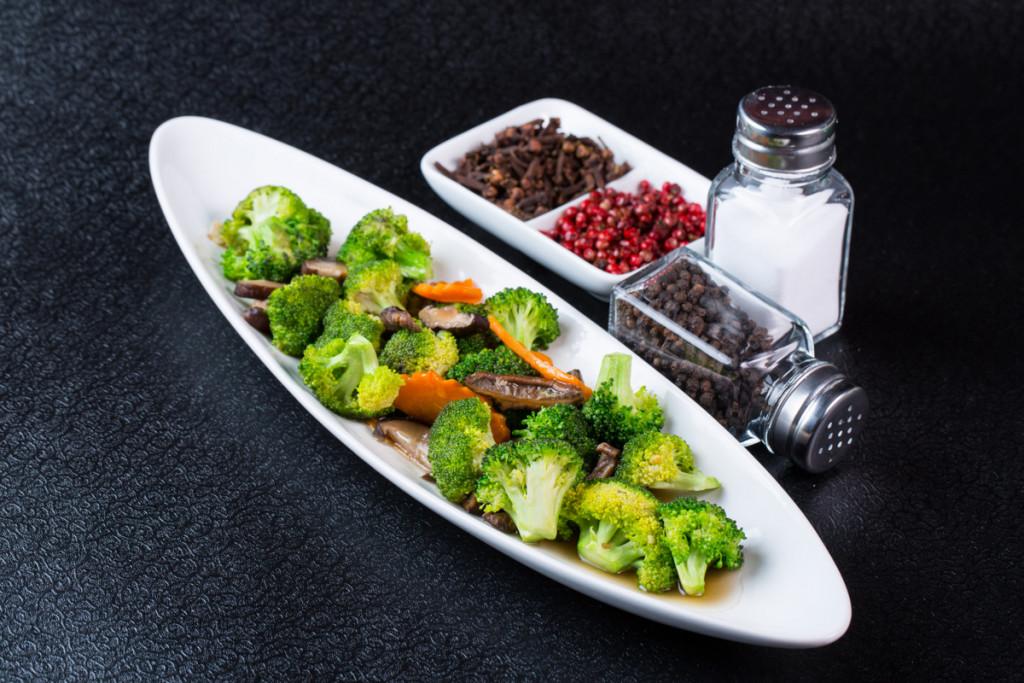 Salata asiatica de broccoli, ciuperci shitake si morcovi marinati