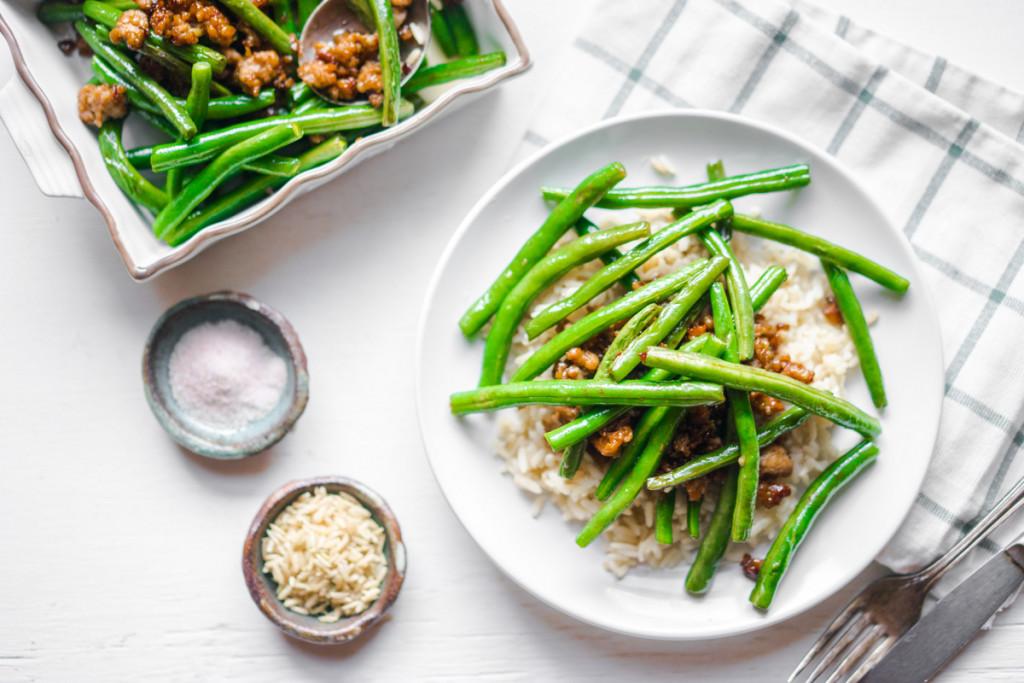 Salata calda de fasole verde cu orez si chilly con carne