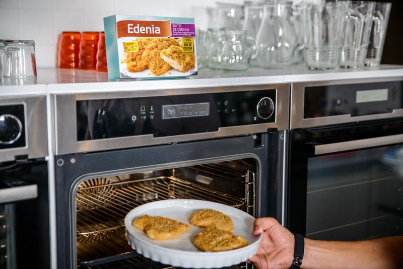 Snitel de curcan cu piure de spanac, ou trufat, cuib de cartofi si bacon