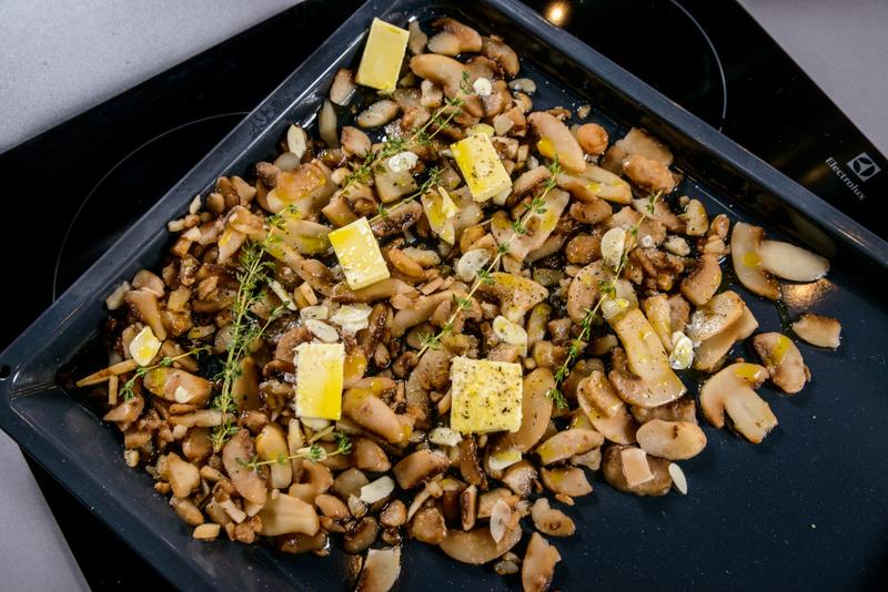 Snitel de porc cu sos de castraveti si ciuperci la cuptor