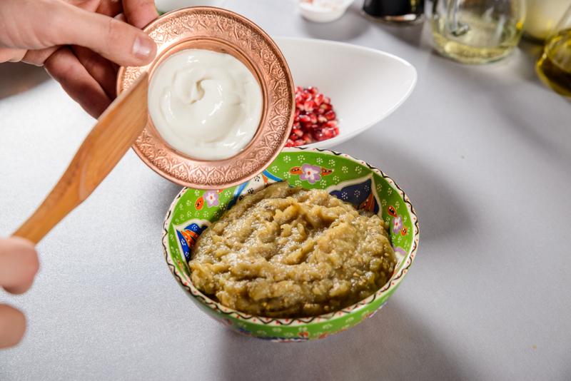 Snitel de pui cu salata calda de vinete cu rozmarin si rodie