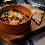 Tocanita mediteraneana cu file de cod, amestec de legume si pita crocanta (10)