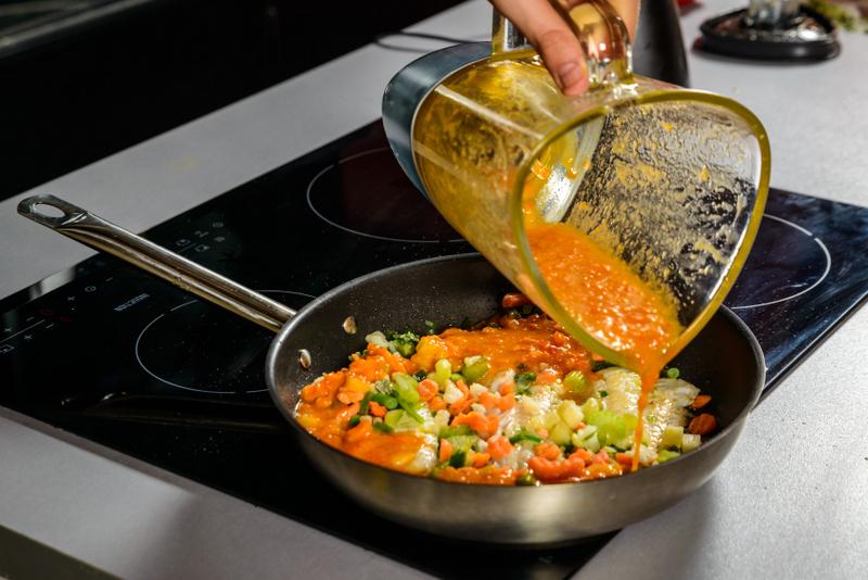 Tocanita mediteraneana cu file de cod, amestec de legume si pita crocanta