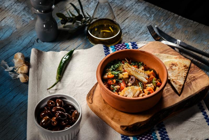 Tocanita mediteraneana cu file de cod, amestec de legume si pita crocanta (9)