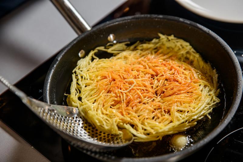 Snitel de curcan cu piure de spanac, ou trufat, cuib de cartofi si bacon (12)