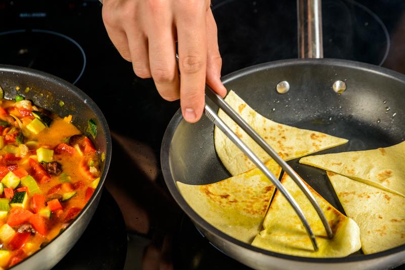 Tocanita mediteraneana cu file de cod, amestec de legume si pita crocanta (8)